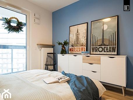 Aranżacje wnętrz - Sypialnia: ŚWIĄTECZNE WYDANIE MIESZKANIA DLA RODZINY - Średnia biała niebieska sypialnia małżeńska z balkonem / tarasem, styl minimalistyczny - KODO projekty i realizacje wnętrz. Przeglądaj, dodawaj i zapisuj najlepsze zdjęcia, pomysły i inspiracje designerskie. W bazie mamy już prawie milion fotografii!
