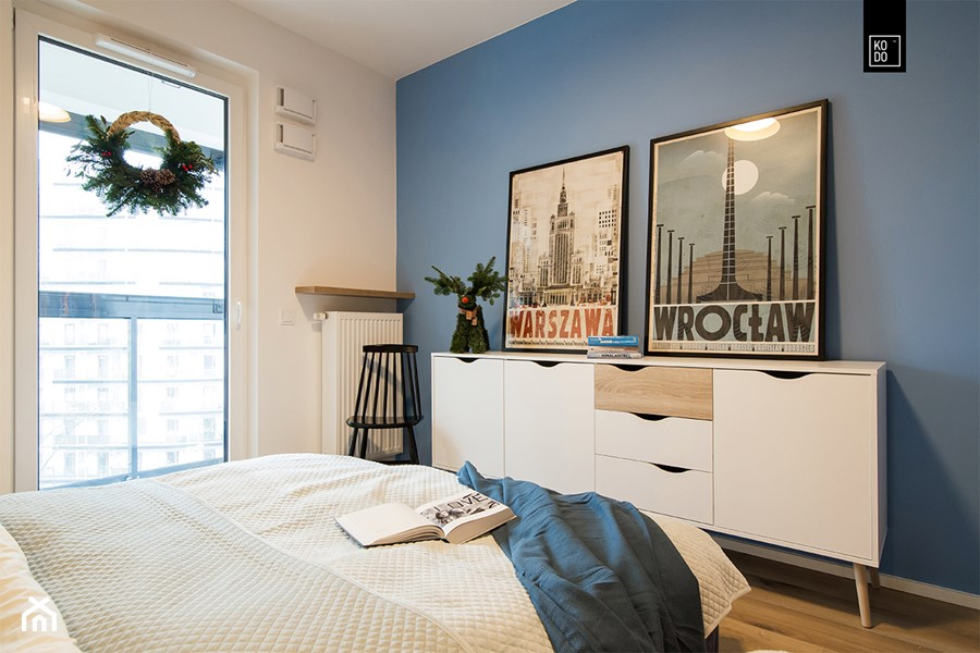 ŚWIĄTECZNE WYDANIE MIESZKANIA DLA RODZINY - Średnia biała niebieska sypialnia małżeńska z balkonem / tarasem, styl minimalistyczny - zdjęcie od KODO projekty i realizacje wnętrz