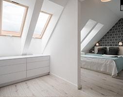 OSIEDLE PRZY ZAMKU WROCŁAW - Średnia otwarta garderoba przy sypialni na poddaszu, styl nowoczesny - zdjęcie od KODO projekty i realizacje wnętrz