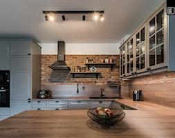 INDUSTRIALNA PROSTOTA - Duża otwarta biała brązowa kuchnia w kształcie litery u, styl tradycyjny - zdjęcie od KODO projekty i realizacje wnętrz