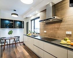 Apartament Kolonialny - Średnia otwarta szara kuchnia dwurzędowa z oknem, styl kolonialny - zdjęcie od KODO projekty i realizacje wnętrz