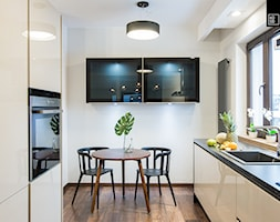 Apartament Kolonialny - Średnia otwarta biała kuchnia dwurzędowa z oknem, styl kolonialny - zdjęcie od KODO projekty i realizacje wnętrz