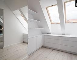 OSIEDLE PRZY ZAMKU WROCŁAW - Duża garderoba z oknem przy sypialni na poddaszu, styl nowoczesny - zdjęcie od KODO projekty i realizacje wnętrz
