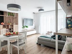 KĘPA MIESZCZAŃSKA W TURKUSIE - Mały biały salon z jadalnią, styl skandynawski - zdjęcie od KODO projekty i realizacje wnętrz