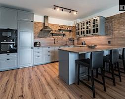 INDUSTRIALNA PROSTOTA - Średnia otwarta biała jadalnia w kuchni, styl industrialny - zdjęcie od KODO projekty i realizacje wnętrz
