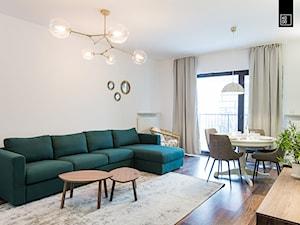 Apartament Kolonialny - Średni biały salon z jadalnią z tarasem / balkonem, styl kolonialny - zdjęcie od KODO projekty i realizacje wnętrz