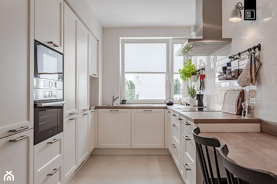Zielone Śródmieście KLASYCZNE - Średnia wąska biała kuchnia w kształcie litery u, styl nowoczesny - zdjęcie od KODO projekty i realizacje wnętrz