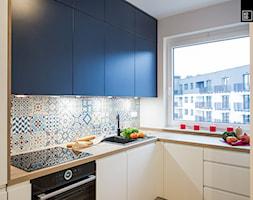 WNĘTRZE Z PASJĄ - Mała zamknięta biała kuchnia w kształcie litery l z oknem, styl minimalistyczny - zdjęcie od KODO projekty i realizacje wnętrz