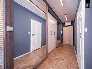 BUJANIE W OBŁOKACH - Duży czarny hol / przedpokój, styl klasyczny - zdjęcie od KODO projekty i realizacje wnętrz