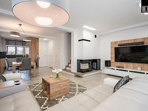 Duży biały salon z jadalnią, styl nowoczesny - zdjęcie od KODO projekty i realizacje wnętrz