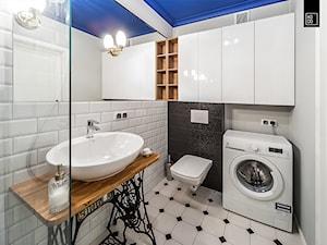 MINI KAWALERKA - OLIMPIA PORT - Średnia biała czarna łazienka w bloku w domu jednorodzinnym bez okna - zdjęcie od KODO projekty i realizacje wnętrz