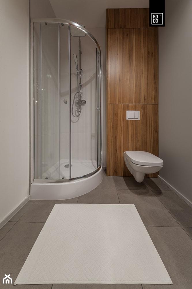 MĘSKI RÓŻ - Mała szara łazienka w bloku w domu jednorodzinnym bez okna, styl minimalistyczny - zdjęcie od KODO projekty i realizacje wnętrz - Homebook