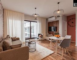MĘSKI RÓŻ - Mały szary brązowy salon z jadalnią, styl klasyczny - zdjęcie od KODO projekty i realizacje wnętrz