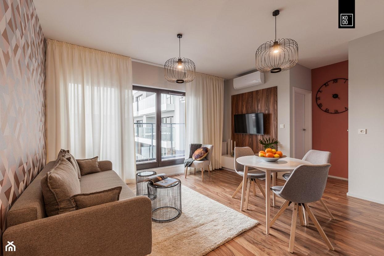 MĘSKI RÓŻ - Mały szary brązowy salon z jadalnią, styl klasyczny - zdjęcie od KODO projekty i realizacje wnętrz - Homebook