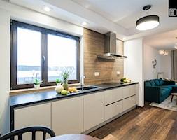 Apartament Kolonialny - Średnia otwarta biała kuchnia jednorzędowa w aneksie z oknem, styl kolonialny - zdjęcie od KODO projekty i realizacje wnętrz