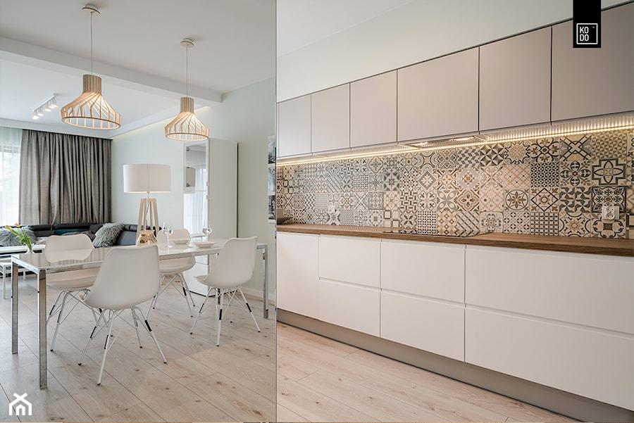 OSIEDLE PRZY ZAMKU WROCŁAW - Średnia otwarta biała kuchnia jednorzędowa z oknem, styl nowoczesny - zdjęcie od KODO projekty i realizacje wnętrz