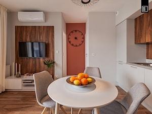 MĘSKI RÓŻ - Średnia otwarta biała pomarańczowa jadalnia w kuchni w salonie, styl minimalistyczny - zdjęcie od KODO projekty i realizacje wnętrz