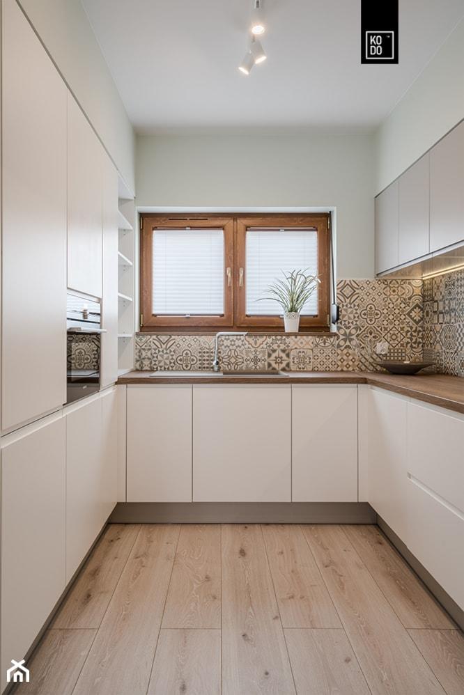 OSIEDLE PRZY ZAMKU WROCŁAW - Mała zamknięta biała szara kuchnia w kształcie litery u z oknem, styl nowoczesny - zdjęcie od KODO projekty i realizacje wnętrz - Homebook