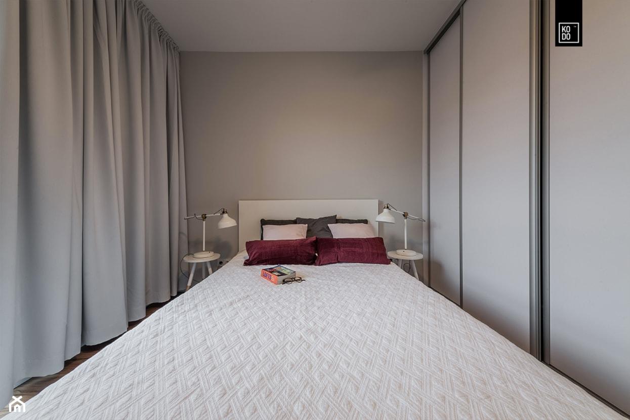 MĘSKI RÓŻ - Mała szara sypialnia małżeńska, styl nowojorski - zdjęcie od KODO projekty i realizacje wnętrz - Homebook