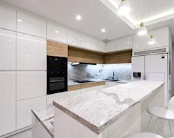 Przestronna kuchnia - Średnia otwarta wąska biała kuchnia w kształcie litery l w aneksie z wyspą z oknem, styl nowoczesny - zdjęcie od MebleActiv