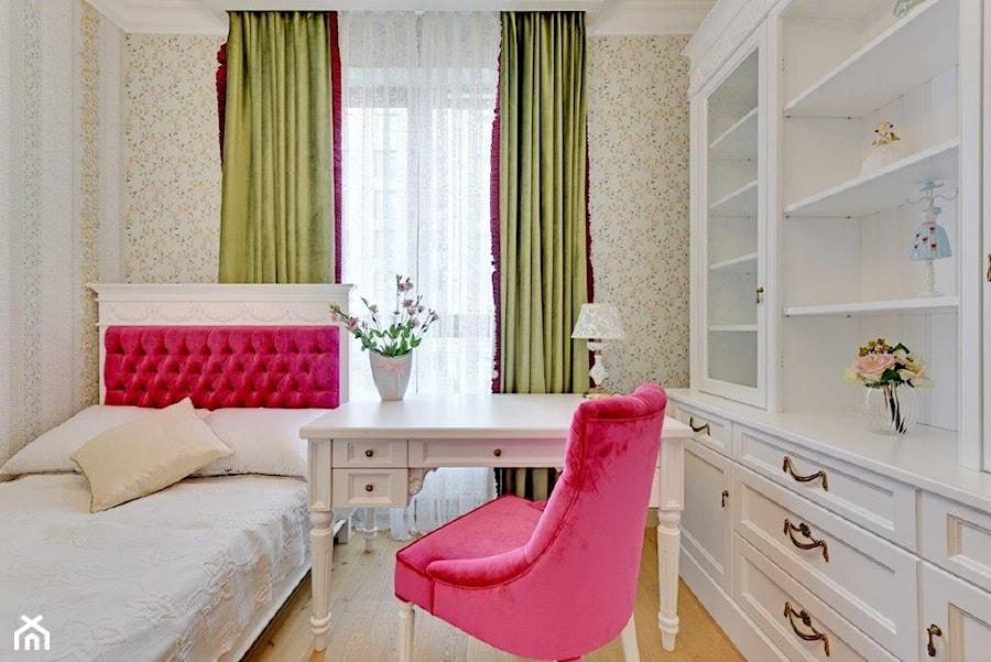 Dwupoziomowy apartament w stylu pałacowym - Mały beżowy pokój dziecka dla dziewczynki dla nastolatka, styl klasyczny - zdjęcie od redNet Dom