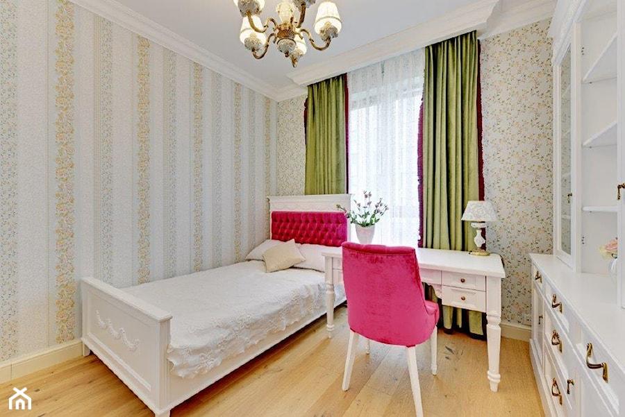 Dwupoziomowy apartament w stylu pałacowym - Mały beżowy pokój dziecka dla dziewczynki dla ucznia dla nastolatka, styl klasyczny - zdjęcie od redNet Dom