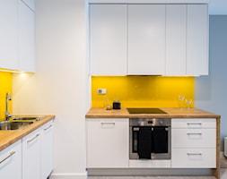 Skandynawskie mieszkanie we Wrocławiu - Średnia otwarta niebieska żółta kuchnia w kształcie litery l w aneksie, styl skandynawski - zdjęcie od redNet Dom