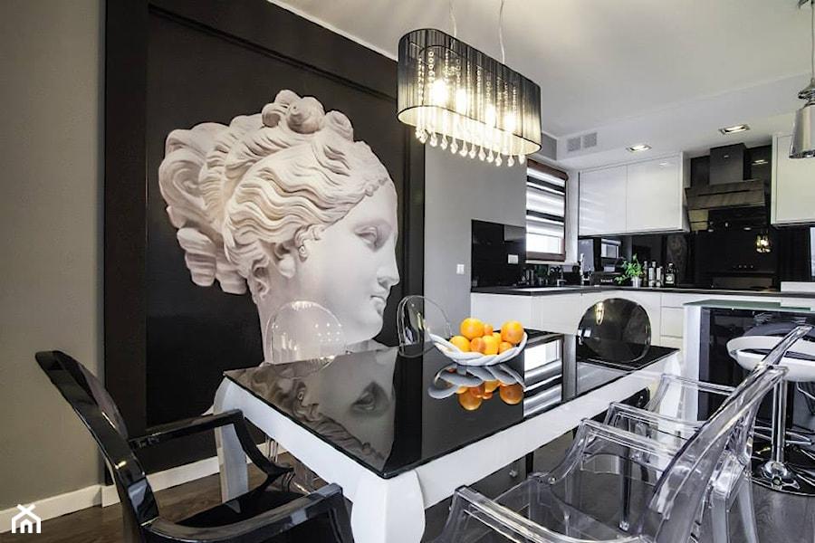 Aranżacje wnętrz - Jadalnia: Wytworne eleganckie mieszkanie - Średnia otwarta czarna szara jadalnia w kuchni, styl eklektyczny - redNet Dom. Przeglądaj, dodawaj i zapisuj najlepsze zdjęcia, pomysły i inspiracje designerskie. W bazie mamy już prawie milion fotografii!