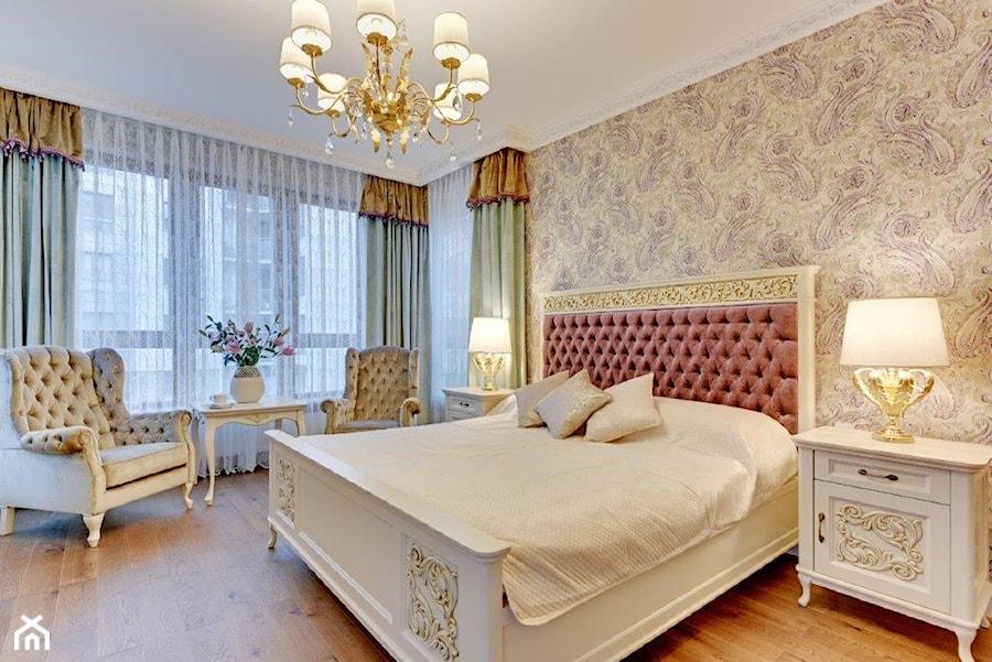 Dwupoziomowy apartament w stylu pałacowym - Duża beżowa sypialnia małżeńska, styl klasyczny - zdjęcie od redNet Dom