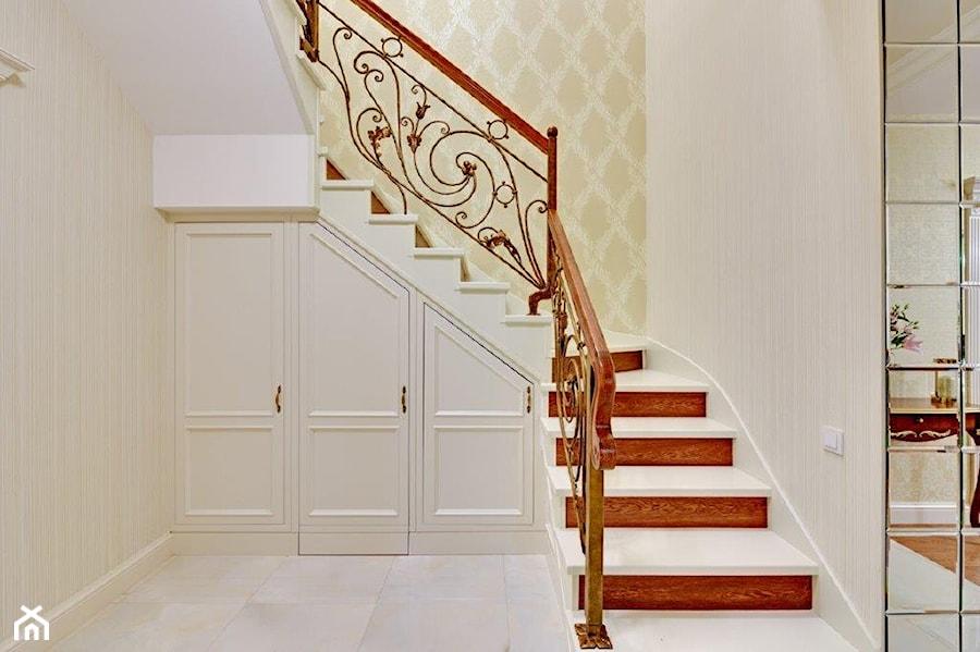 Dwupoziomowy apartament w stylu pałacowym - Średni szary hol / przedpokój, styl klasyczny - zdjęcie od redNet Dom