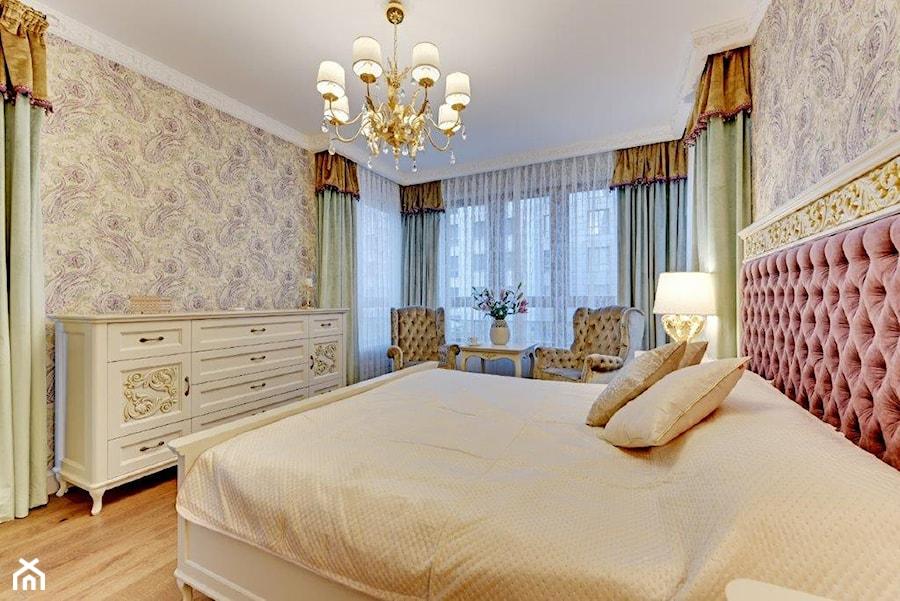 Aranżacje wnętrz - Sypialnia: Dwupoziomowy apartament w stylu pałacowym - Średnia sypialnia małżeńska z balkonem / tarasem, styl klasyczny - redNet Dom. Przeglądaj, dodawaj i zapisuj najlepsze zdjęcia, pomysły i inspiracje designerskie. W bazie mamy już prawie milion fotografii!