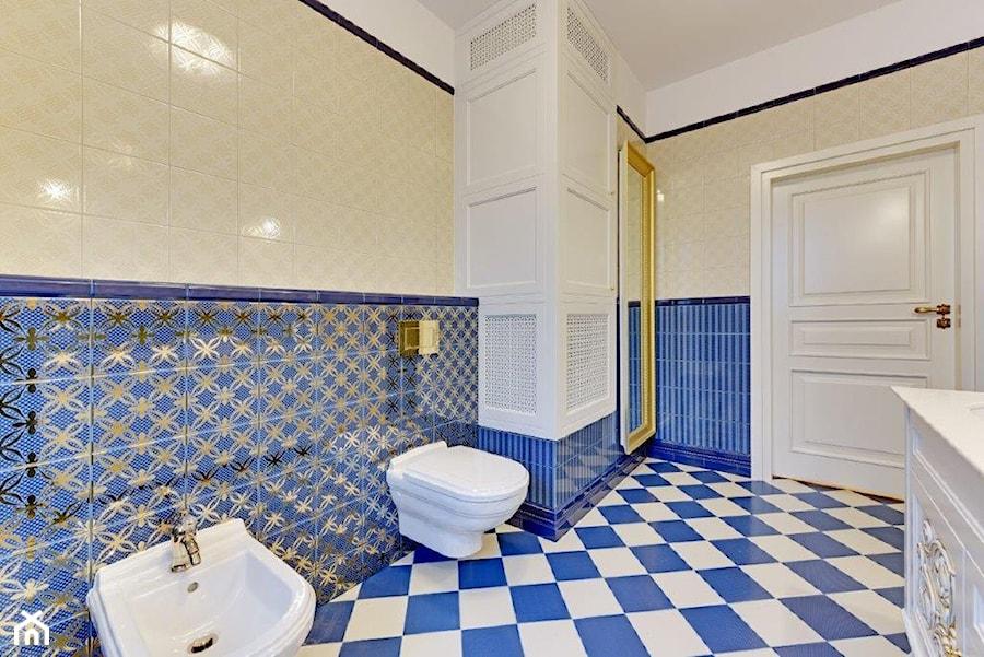 Dwupoziomowy apartament w stylu pałacowym - Duża biała łazienka w bloku w domu jednorodzinnym bez okna, styl klasyczny - zdjęcie od redNet Dom