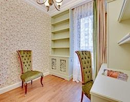 Dwupoziomowy apartament w stylu pałacowym - Średni beżowy zielony pokój dziecka dla ucznia dla nastolatka, styl klasyczny - zdjęcie od redNet Dom