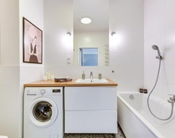 Średnia biała łazienka w bloku w domu jednorodzinnym bez okna, styl skandynawski - zdjęcie od redNet Dom