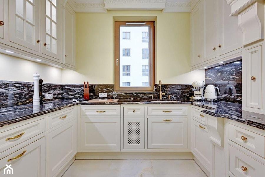 Dwupoziomowy apartament w stylu pałacowym - Średnia zamknięta beżowa kuchnia w kształcie litery u z oknem, styl klasyczny - zdjęcie od redNet Dom