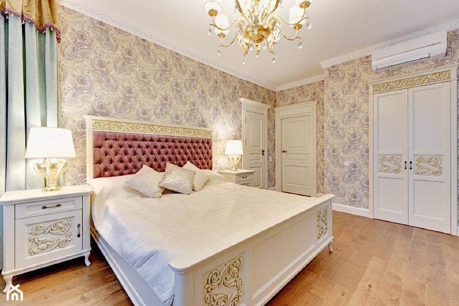 Dwupoziomowy apartament w stylu pałacowym - Średnia sypialnia małżeńska, styl klasyczny - zdjęcie od redNet Dom