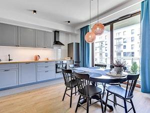 Średnia biała kuchnia jednorzędowa w aneksie z oknem, styl eklektyczny - zdjęcie od redNet Dom