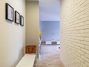 Skandynawskie mieszkanie we Wrocławiu - Mały biały szary hol / przedpokój, styl skandynawski - zdjęcie od redNet Dom