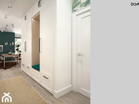 Aranżacje wnętrz - Hol / Przedpokój: Zielono mi - Średni biały hol / przedpokój, styl skandynawski - DOMagała Design. Przeglądaj, dodawaj i zapisuj najlepsze zdjęcia, pomysły i inspiracje designerskie. W bazie mamy już prawie milion fotografii!