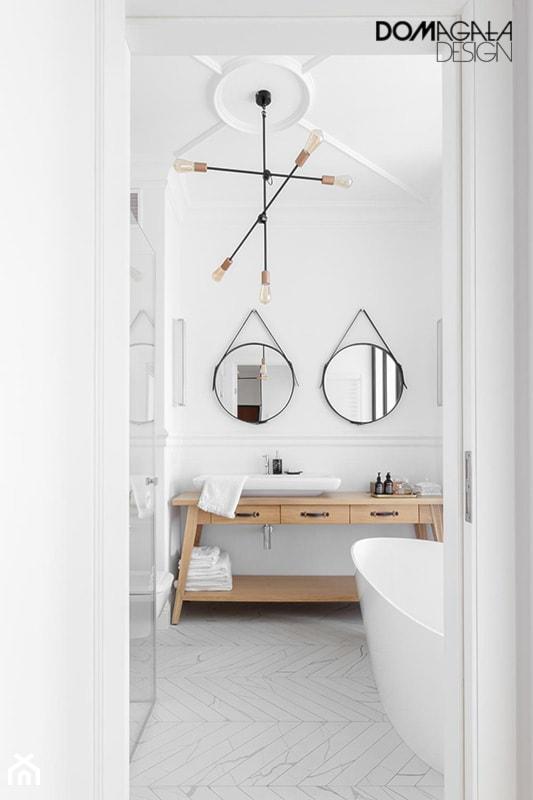 Miejski Styl - konkurs - Mała biała łazienka na poddaszu w bloku w domu jednorodzinnym z oknem, styl vintage - zdjęcie od DOMagała Design