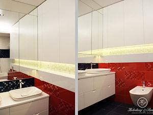 DOTS - Mała biała czerwona łazienka na poddaszu w bloku w domu jednorodzinnym bez okna, styl nowoczesny - zdjęcie od Kołodziej & Szmyt