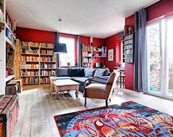 Apartament w Będzinie - Duży czerwony salon z bibiloteczką z jadalnią z tarasem / balkonem - zdjęcie od Beata Fajkus Fotografia Nieruchomości