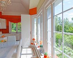 Dom w Katowicach - Duża otwarta czerwona kuchnia w kształcie litery g w aneksie z oknem - zdjęcie od Beata Fajkus Fotografia Nieruchomości