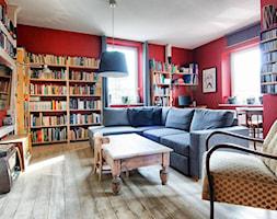 Apartament w Będzinie - Mały czerwony salon z bibiloteczką z jadalnią - zdjęcie od Beata Fajkus Fotografia Nieruchomości