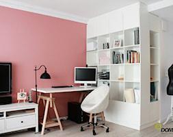 Mieszkanie na ul. Jedności Narodowej - Małe różowe białe biuro kącik do pracy, styl prowansalski - zdjęcie od ESSA Architektura
