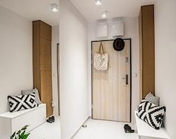 Mieszkanie 70mkw Wrocław - Mały biały hol / przedpokój, styl nowoczesny - zdjęcie od ESSA Architektura