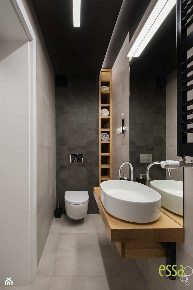 DOM W MAŁYCH WILCZYCACH - REALIZACJA - Mała czarna szara łazienka w bloku w domu jednorodzinnym bez okna, styl nowoczesny - zdjęcie od ESSA Architektura