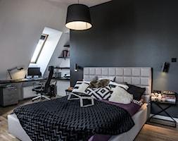 Gruntowny remont mieszkania na poddaszu - Średnia biała czarna sypialnia małżeńska na poddaszu, styl nowoczesny - zdjęcie od ESSA Architektura