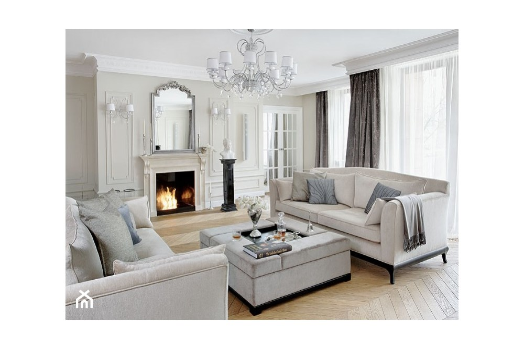 salon w stylu klasycznym, lustro w srebrnej ozdobnej ramie nad kominikiem