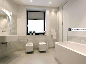 Yin i Yang - Średnia biała beżowa łazienka w domu jednorodzinnym z oknem, styl skandynawski - zdjęcie od studio POTORSKA